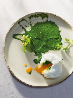 Überraschungsei mit Kopfsalat-Cremespinat