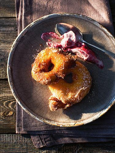 Gebackene Apfelradeln mit Preiselbeerrahm und Vanilleschote